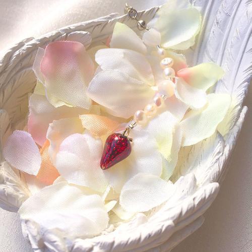 恋の魔法の果実「いちご」を食べて、素敵な恋を実らせましょう!